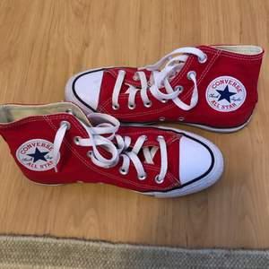 sååå snygga röda converse 😎 använda max 20 gånger så dem är i ett jättefint skick!! vid köp tvättas skorna för hand och snörena i tvättmaskin innan de skickas iväg! skicka för fler bilder eller frågor! frakt tillkommer på 66 kr. säljer igen på grund av oseriös köpare😇