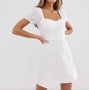 Söker denna klänning från pull and bear!