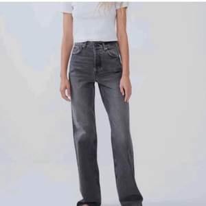 Skitnajs jeans från zara i storlek 38. De är använda men i nyskick. Jag är 180 och de går över foten på mig, går såklart att klippa till egen längd! Denna modell säljs inte längre💕
