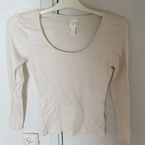Storlek M, använd 1 gång. Jätte fin med ett par jeans😍 basic bech tröja! Kostar 50kr + frakt