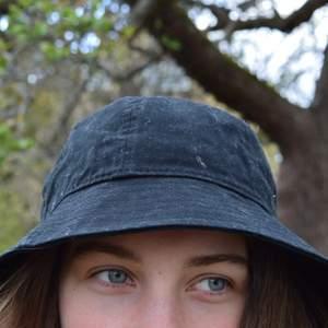 Svart buckethat ifrån weekday. Snygg