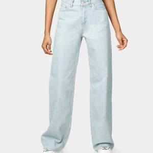 Helt oanvända vida, ljusblå jeans från Junkyard i strl 27.
