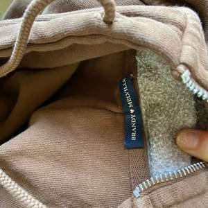 Brun jättefin zipup hoodie som knappt är använd, har mest legat i garderoben. Säljer endast vid bra pris