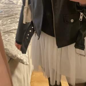 Superfin vit volnag kjol! Storlek Xs/s, inga fläckar och i bra skick! Köparen står för frakt🤍🤍