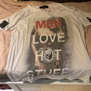 T-shirt storlek large från det kända märket Roberto Geissini. Säljs då de inte är min stil men tycker dock att den är riktigt fet. (Några fåtal knoppar har ramlat av) (därav priset)