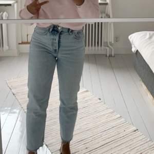 Raka zara jeans, jag är ca 160 så de sitter som på bilden i längden 🤍