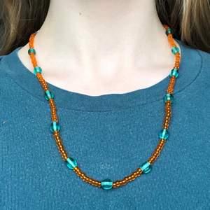 """Ett väldigt fint halsband med färgglada pärlor av glas! Passar väldigt bra till en """"hippie"""", """"fairy"""" eller """"indie"""" stil🍄✨ Halsbandet har ett lås som man kan se på sista bilden :) Säljer då jag inte använder det."""