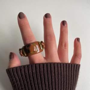 """En """"chunky""""-ring i färgen brun med stjärnor på.⭐️ Nice att ha till bruna & beiga outfits!!! (FINNS I ALLA STORLEKAR & FÄRGER)🤎"""