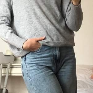Såååå mysig stickad tröja!!! Verkigen ett härligt material som inte alls är stixigt 🧡 köpt på Åhléns. Storlek 34 men funkar även på mig som oftast har 36