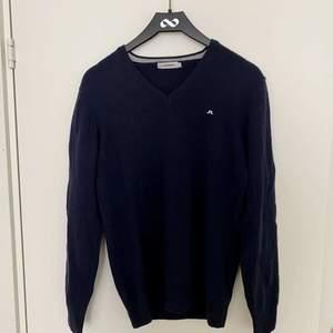 Tröjan är enkel och fin i marinblå färg med liten vit logga vid bröstet, tröjan är använd några gånger men är fortfarande i bra skick. Tröjan är köpt i affär för 1100kr men jag säljer den för 599. ☺️