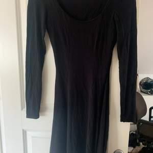 Svart basic klänning, köpare står för frakt