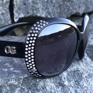 Äcklig snygga Solglasögon med massor av bling bling. Sparsamt använd, så inga repor inte vad jag kan se i alla fall. Står DG på dom oxå(fake). Sitter grymt bra på, ramlar inte av när man lutar sig framåt. Och så får man ett fodral oxå till. Ps ej original fodralet.