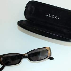 Säljer mina vintage Gucci solglasögon i finaste skick! Gör ont att sälja dessa men hoppas på att de får en ny ägare då de har så mkt kvar att ge💜 har tyvärr slarvat bort fodralet men glasögonen kommer med i en gucci-låda. Frakt tillkommer!