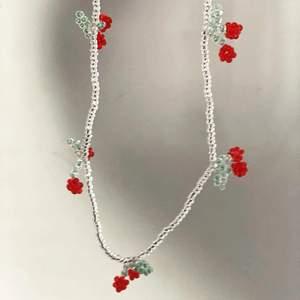 Körsbärs halsband🤍❤️detta körsbärs halsband finns nu att köpa på beställning, man kan såklart välja längd osv. Ett halsband kostar 40kr exklusive frakt! 🍒🤎kramar Ellen & Moa🤍🌸