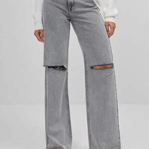Säljer ett par snygga gråa jeans från bershka. Endast använd en gång, så dom är i nyskick!! Dom sitter superbra på mig som är 170 cm lång! Köpta på bershkas hemsida sida för 350 kr.