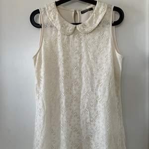 Superfin spetts klänning. Jag har använt den en gång på ett dop och jag fick väldigt många kommentarer om att den var jättefin.