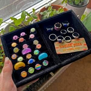 Säljer massa ringar vi samlat på oss, de till vänster och de på sista bilden är hemmagjorda och justerbara ✨ Raden längst ner har ringar med små defekter. Se alla priser på bild 2, annars skriv till oss vid frågor 💗 Ringarna i de gröna ringarna är moodrings som byter färg 🔮✨