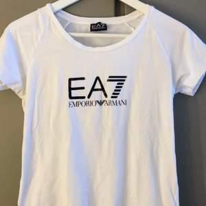 Lägger ut igen pga strul. Fin Armani t-shirt, Knappt använd så den är i jättebra skick. Köpt på JD sports. Ny pris 400, köparen står för frakt 🤍