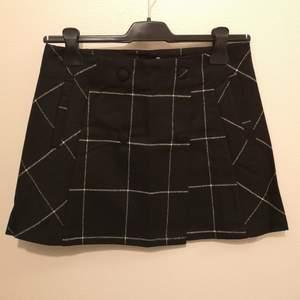 Helt ny rutig minikjol från Pull & Bear▪️XS/S▪️Längd: 36cm▪️knäpps med knapparna fram och innerknapp