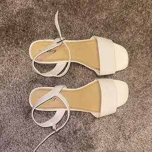 Vita klackskor perfekt inför sommaren. Priset kan diskuteras vid intresse. Önskas fler bilder, kontakta mig💕