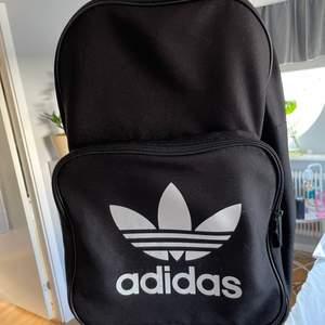 Superfin ryggsäck från adidas i använt bra skick! Köparen står för frakten ❤️