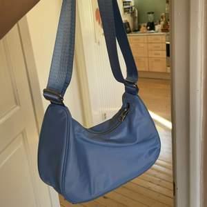 Söt blå väska från Weekday 💙 Helt oanvänd 💙 frakt ingår ej i priset