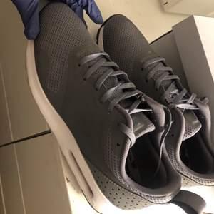 Säljer dessa skor pågrund av att ja köpt de i fel storlek . Använda fåtal gånger och är därmed i väldigt gott skick, säljer dessa Nike skorna för 799kr men priset kan diskuteras. Kan mötas upp vart som helst i Stockholm eller så står man för frakten!❤️