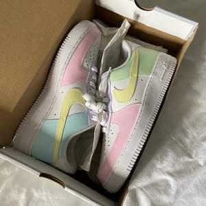 Ett par Nike air force 1 sneakers i vitt och pastell💜 Helt nya, säljer pga fel storlek! Köpare står för frakt💜