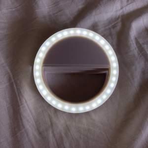 Supersmidig studiolampa att klämma fast på mobilen för ett toppenljus! Finns tre olika styrkor eller inställningar. Hör av dig vid frågor❤️pris kan diskuteras