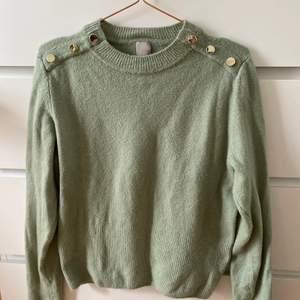 Säljer denna fina tröja från H&M i storlek S. Den är i fint skick!