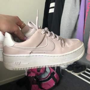 lägger ut mina rosa Nike air force ännu en gång pga oseriösa budgivare. 💕säljer då dem är lite för små för mig och inte riktigt kommit till användning, bra skick!! 💞kommer inte starta en budgivning denna gång då det inte går att publicera annonsen igen🤍🤍skriv till mig privat angående bud eller skriv i kommentarerna! Start: 300kr + frakt eller köp direkt för 500 inkl frakt!