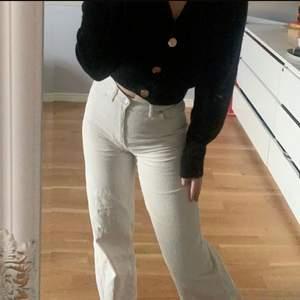 Fina Manchester byxor från Monki i storlek 34. Använda fåtal gånger och i fint skick utan slitningar. Säljer då jag har en del byxor som inte används. Köpta för 300 säljer för 150kr