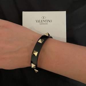Säljer mitt föralltid favorit sommararmband från Valentino Garavani i svart!!!!!🌸 säljer detta då jag har två! Detta är så perfekt då materialet är i gummi istället för läder och du drar det över handleden (elastiskt) så himla perfekt då du kan ha det exempelvis när du är på stranden/badar/duschar osv🌊⚡️🌟 tror inte dessa säljs längre? äkthetsbevis finns ❤️