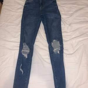 Säljer mina jeans från Gina tricot pågrund av att jag ej använder dem, har använt de få tal gånger och dom är i fint skick. Dm vid intresse