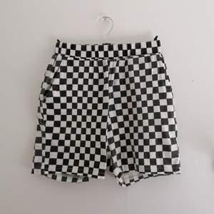 Shorts i svart vit rutigt mönster från online butiken MILKGIRL 🐄⭐ Dom är i samma modell som bermuda shorts och har sidfickor! Midjan är i normal höjd och har resår. 🤠
