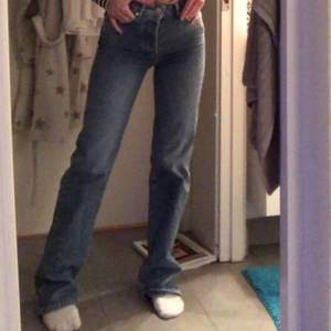Jeans från Bikbok, riktigt snygga men lite för små för mig. Storlek 26 💖
