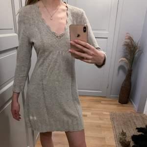 Söt grå klänning från Odd Molly i 38% viskos, 35% bomull, 22% polyamid och 5% kaschmir. I storlek 1, vilket är small. Fina detaljer och skön att bära, men aldrig kommit till användning tyvärr.