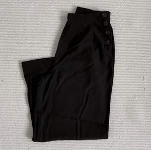 Vida högmidjade kostymbyxor i svart. Knappt använda! Kan mötas upp i centrala gbg, annars står köparen för frakt☺️