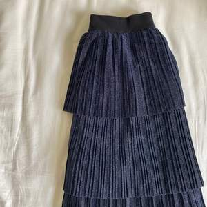 Jättefin plisserad kjol från Co'couture (danskt märke) som tyvärr inte kommer till användning. Elastisk i midjan, jag har vanligtvis 34/36 men tror kjolen passar många storlekar! 💗