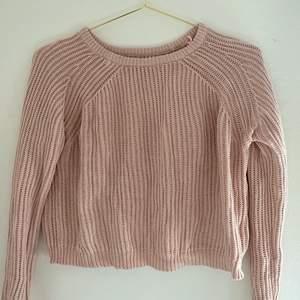 Fin rosa stickad tröja. Köpte den för några årsen och inte använt den på ett tag därav säljer jag den💕