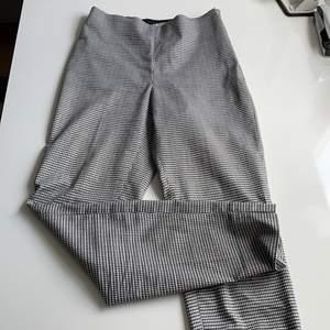 Ett par rutiga kostymbyxor i från HM. De är stretchiga och har en dragkedja på sidan som inte syns. Även två små slitsar på kanterna där nere. Bra skick.