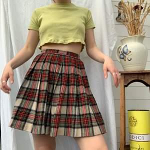 90's school girl kjol, hur söt som helst och så snygg. Dm för midjemått osv och mer info i bion.  Checka även in mina andra annonser och sammfraktar mer än gärna🍒✨