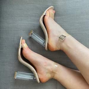 Ett par skor med genomskinliga klackar och band. Är otroligt snygga, men säljer då jag inte kan gå i dem. Banden är något gulnade, dock inget jag upplever man tänker på när man har på sig dem. Är något slitna på sulan under, men inte mer än man kan förvänta sig efter användning utomhus några gånger. Skickar fler bilder vid behov!✨
