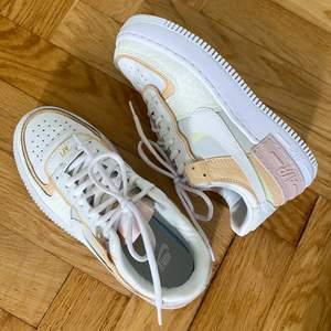 Säljer dessa från Nike! Helt slutsålda. Storlek 38! Sååå fina, men är tyvärr för stora för mig. Endast använda en gång, så dom är verkligen som nya. Buda i kommentarerna 💘. Budgivningen avslutas 14/5 20.00. HÖGST BUD: 1350kr+frakt!