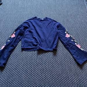 Tunn croppad tröja med utsvängda ärmar