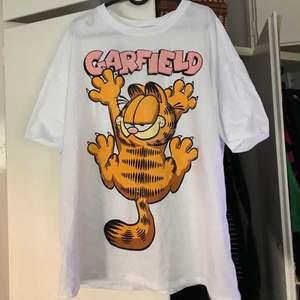 En jättesnygg vit t-shirt med katten Gustaf på. Fick den för någon vecka sedan så vet inte vart den är köpt. Storlek XL och oversized fit. Aldrig använd och lapparna sitter fortfarande på som också är synligt på bild 3. Säljer för 99kr + frakt.
