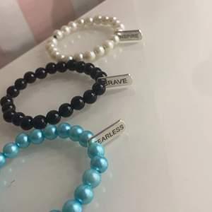 Snygga pärl-armband med olika motiv❤️Det finns 14 olika motiv att välja mellan och 3 färger på pärlorna!😇De olika motiven ser man på bild 2💓 Armbanden är hemgjorda då jag gör massa olika smycken som säljs!