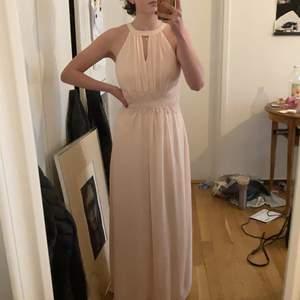Ljusrosa långklänning från Vila, perfekt för bal eller bröllop. Endast använd en gång! Fantastiskt fin klänning i bra kvalitet och fina detaljer!🌸🌸 (kan mötas upp annars tillkommer fraktkostnad)