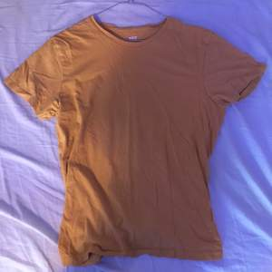 Basic gul t-shirt. Fint skick.