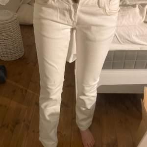 super fina vita vintage lågmidjade jeans! inga fläckar eller liknande! super bra skick! går ner till fotknölen på mig som är 165cm och har en innerbenslängd på 75cm💗💗💗